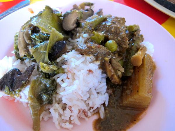 Kasvisravintoloiden valmisruokien annostelu alkaa aina riisistä, jonka päälle lisätään paria soossia.