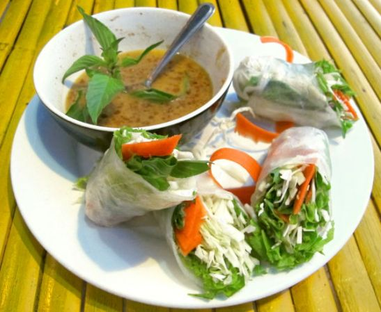 Kesäkääryleitä Asylumissa, joka on rantaravintola Klong Daon loppupäässä lähellä Time for Limea. Maapähkinäsoossi oli hyvää näiden kanssa.