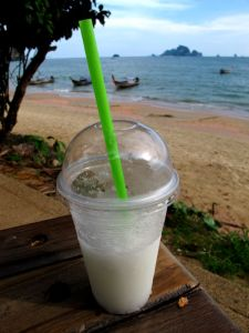 Kookosshake Ao Nangin rannalla. Tässä on kookosvettä, kai hieman nuoren kookoksen hedelmälihaakin ja jäitä sekoitettuna yhteen.