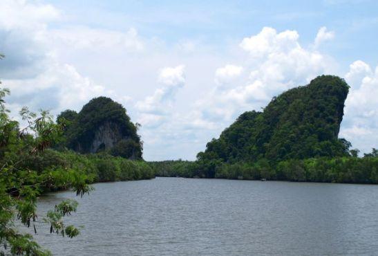 Nämä karstit näkyvät Krabin joen rannasta. Oikeanpuoleisen kukkulan sisällä on luolia.