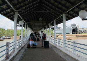 Laituri Krabiin saapuessa kulki vähän matkaa myös mangrovemetsässä.