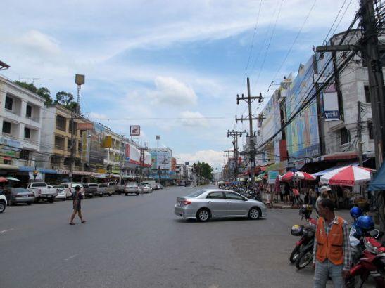 Krabin pääkatu tai ainakin levein katu Maharaj, jonka poikkikaduilla (Soi Maharjat) on kasvisravintolat ja iltatorit.