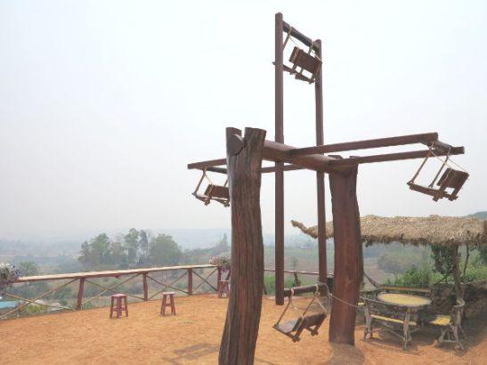 Kiinalaisen kylän ihmisellä käyvä maailmanpyörä.