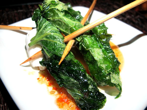 Maistelumenun kasvisversion toinen ruokalaji oli pippurinlehteen käärityt tofut makeassa chilikastikkeessa.