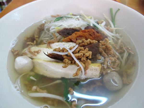 Hong Mingin nuudelikeiton liemi oli turhan mauton, mutta siitä tuli varsin hyvää kun lisäsi soijakastiketta, chilistä etikkaa, sokeria ja chilijauhetta.