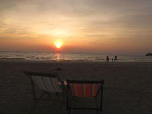 Rantatuolit ja auringonlasku Klong Daolla.