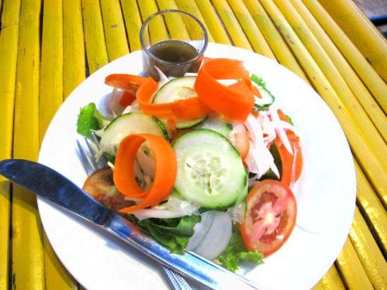 Salaatti Asylumissa. Etikkainen salaatinkastike oli hyvä.