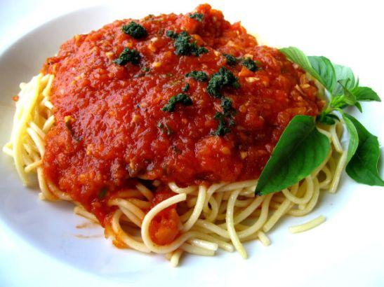 Tomaattipastaa yhdessä Saladanin laituriravintoloista.