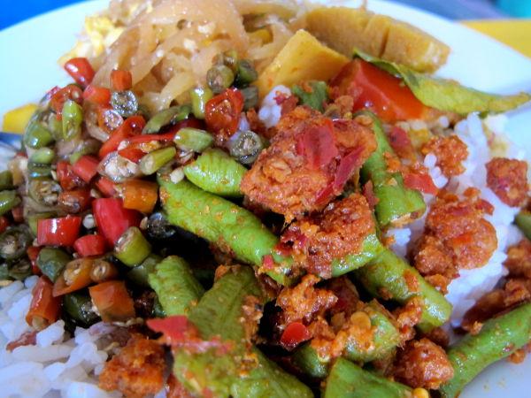 Tulista ruokaa currytiskiltä.