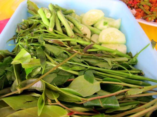 Thaimaassa ravintoloissa usein pöydällä on kummallisen makuisia tuoreita yrttejä ja vihanneksia ruokiin lisättäväksi.