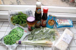En suinkaan Thaimaassa kyllästynyt aasialaisiin ruokiin, joten ruokakaappini piti heti varustaa mm. sienisoijakastikkeella, seesamiöljyllä, sitruunaruoholla ja korianterilla.