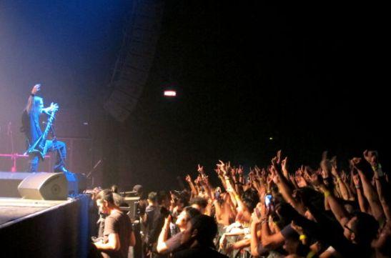 Alexi Laiho ottaa yleisönsä bändin ensimmäisellä Bangkokin keikalla.