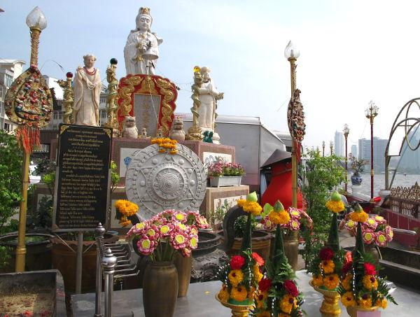 Alttari Chao Phraya -joen rannalla.