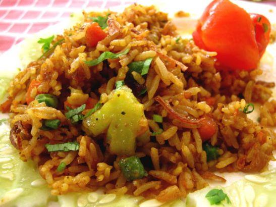 Ao Nangissa on paljon intialaista ruokaa myyviä ravintoloita, tässä kasvisbiriyani.
