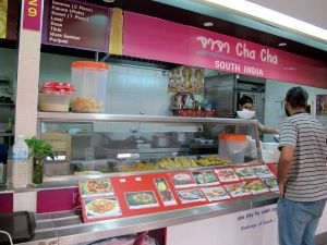 Eteläintialaista ruokaa tarjoava Cha Cha. Tämän vieressä oli myös Hare Krishnalla mainostava intialainen tiski.