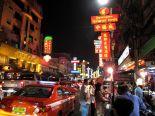 Chinatownia halkova Yaowarat-katu illalla.
