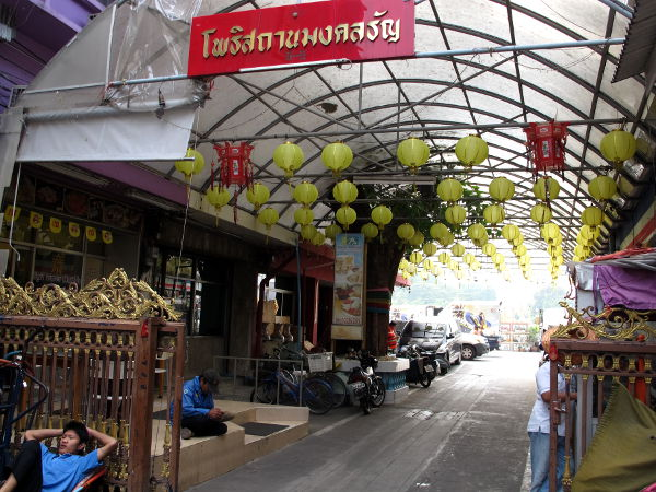 Keltaisilla paperilyhdyillä koristeltu kuja, jolla Chijuya sijaitsee.