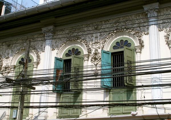 Chinatownissa on nättejä vanhoja taloja ikkunaluukkuineen.