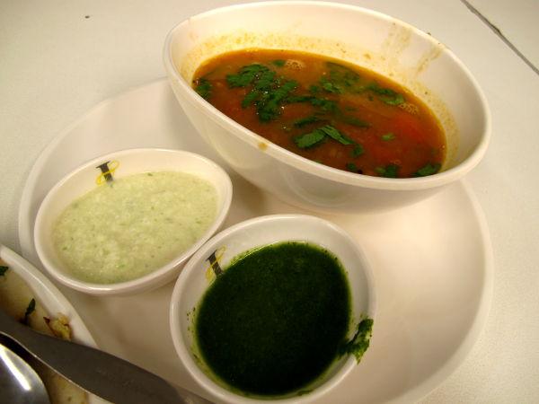 Tyypillisiä lisäkkeitä, joita tulee eteläintialaisten ruokien mukana, eli kookoschutneyta, rasam-soossia ja ehkä pohjoisintialaisista ruoista tutumpaa minttukastiketta.