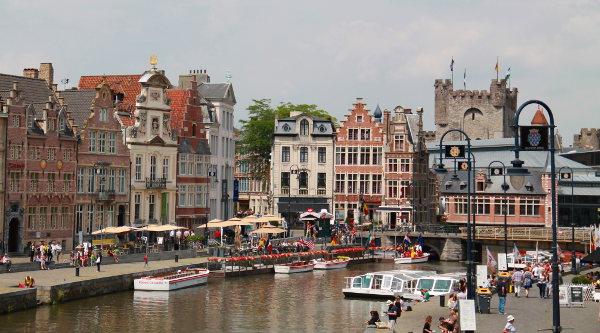 Gentiläiset ja turistit kokoontuivat aurinkoisena päivänä leveän kanavan rannoille.
