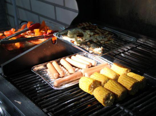 Toisena Suomen päivänä suuntaisin Espooseen kaverille grillaamaan soijanakkeja ynnä muuta.