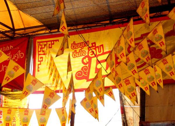 Thaimaalaiset kasvisravintolat tunnistaa yleensä tällaisista keltapunaisista viireistä.