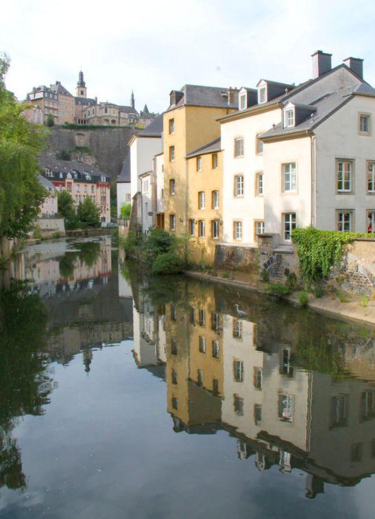 Grundin kaupunginosan läpi kulkeva joki.