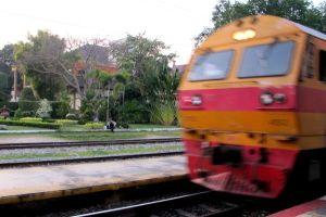 juna tulee hua hinissä