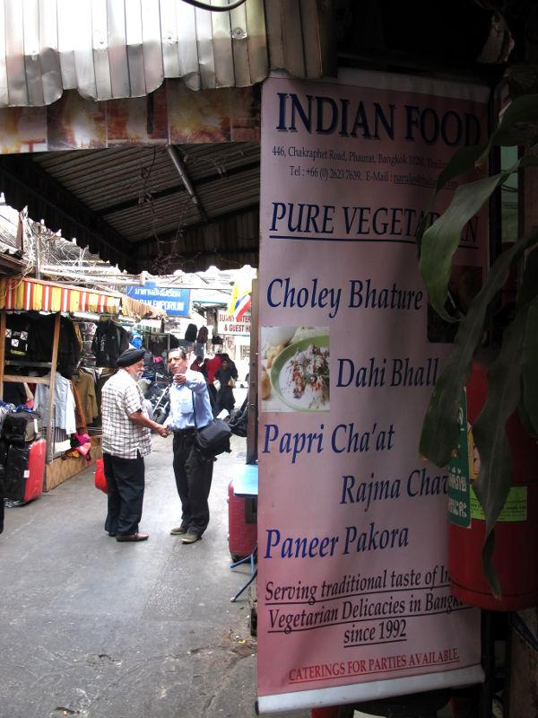 Intialainen kasvisravintola ei ole mikään harvinaisuus maan päällä. Tässä yksi India Emporiumin vastapäisillä kujilla.