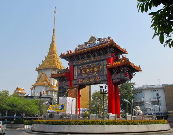 Kiinalainen portti liikenneympyrässä. Takana Wat Traimitin kultaiset katot.