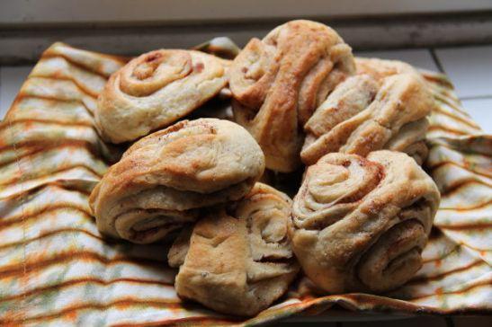 Heti ensimmäisenä päivänä leivoin korvapuusteja lähinnä puolisolleni, joka suosii pullaa yli kaikkien muiden leivosten.