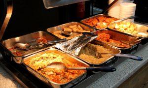 Lämpimät ruoat. Tarjonta vaihteli lounaamme aikana, oli mm. couscousia, kevätkääryleitä, punajuuripaistosta, linssipaistosta, paria punasävyistä vihannesmössöä ja tempuroituja herkkusieniä.