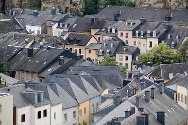 Grundin mustia kattoja, joka vaikutti olevan normi myös vanhassa kaupungissa.