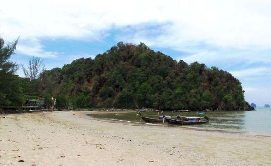 Nopparatin rannan etelä- tai itäpää. Tämän niemen takana alkaa Ao Nang.