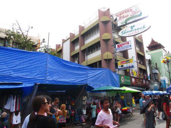 Suojamuovit puretun rakennuksen edessä Khao San Roadilla toukokuussa 2014.