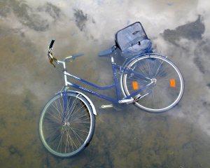 Jos joutuisin pyöräilemään paljon vilkkaassa kaupungissa, paiskaisin varmaan pyöräni kanavaan, kuten tässä on käynyt.