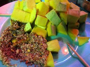Kun istuimme jo vähintään toista iltaa samassa pienessä baarikojussa, saimme särpimeksi raakaa mangoa ja chili-sokeri-suolasekoitusta dipiksi. Tyypillinen thaiherkku.