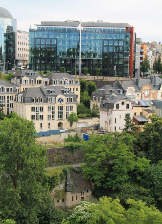rakennuksia kolmessa tasossa