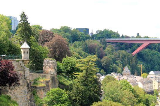 Vanhasta kaupungista pääsee punaista siltaa pitkin bisnescityyn.