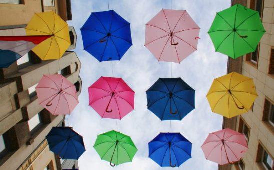 Sateenvarjoja vanhan kaupungin yllä.
