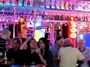 Tämä kuva on oikeasti Pattayalta, mutta Bangkokin tyttöbaareissa voi olla samannäköistä.