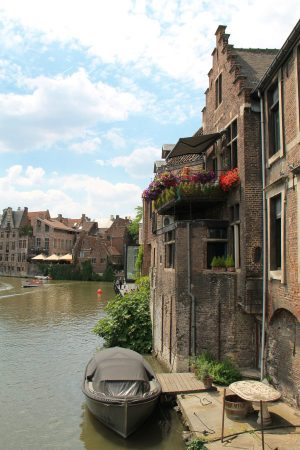 Olisiko hauska asua kaupungissa ja liikkua veneellä? Kanavista huolimatta Gentissä tällainen näky ei kuitenkaan ole yleinen. Luultavasti veneillä liikkuvat vain turistit.