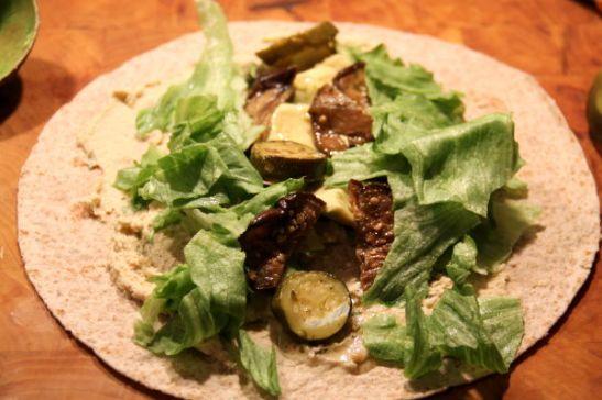 Wrappiakin teki heti mieli. Tässä hummusta, avokadoa, marinoitua munakoisoa ja kesäkurpitsaa sekä salaattia.