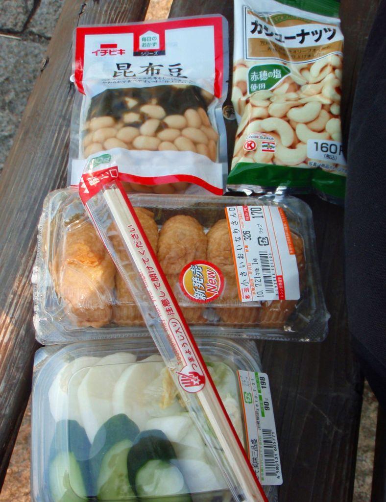 Koska ravintolasta sain vain pari pientä sushinökärettä, turvauduin taas kioskista ostettuihin eväisiin. Kasvissyöjä löytää Japanin elintarvikekioskeista helposti piknikevästä, kuten tässä alla tsukemono-kurkkua ja retikkaa, inarisusheja, merileväisiä valkoisia papuja ja cashewpähkinöitä. Ihan kustannussyistäkin pidin Japanissa usein vain piknikin ravintoloissa käymisen sijaan. Joskus vain kaupungilla oli vaikea löytää paikka johon istahtaa eväitä syömään.