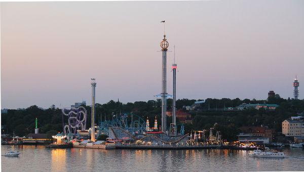 Grönä lundetin huvipuisto näkyi Viking Linen autojonoon.