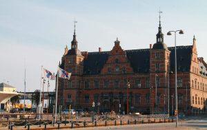 Helsingörin rautatieasema sijaitsee ihan satamassa, josta lautat lähtevät Ruotsiin.