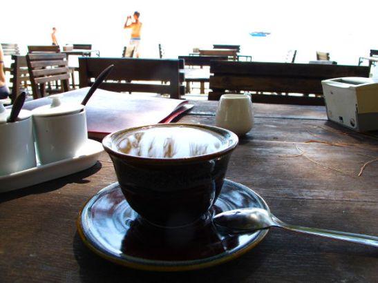 Jep´s Bungalowsin ravintolasta sai hyvää, mutta kallista kahvia. Soijamaidot kannoin mukanani kioskista.