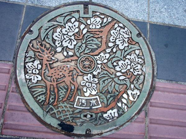 Japanissa katukaivojen kannet ovat toisinaan tällä tavalla koristeltuja ja Narassa aiheena ovat tietysti bambit.