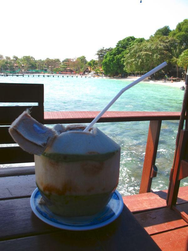 Kookosvesi ei mielestäni oli yletöntä herkkua, mutta se tekee hyvää helteellä.