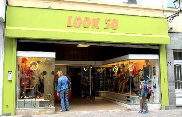 Ihana Look 50 Ixellesin kaupunginosan Rue de la Paixilla myy -50 ja -60 -luvun henkisiä mekkoja, jotka eivät kuitenkaan ole naamiaiskuteiden näköisiä kuten monet fiftarikauppojen vaatteet. Nämä ovat vain hiukan hengeltään sellaisia.